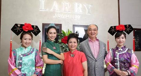 (中間)朱的寶飾Chullery創辦人兼珠寶設計師林芳朱小姐及(右二)Larry Jewelry俊文寶石店執行董事及行政總裁韓建偉先生與模特兒合照留念。