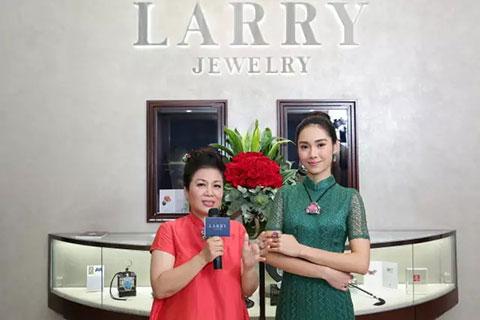 林芳朱小姐為來賓介紹本次展覽的珠寶首飾。