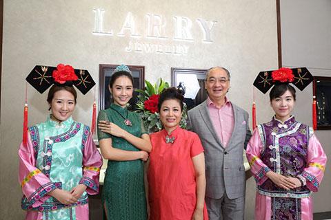 韓建偉,林芳朱及模特兒於台上合照留念,為珠寶展覽揭開序幕。