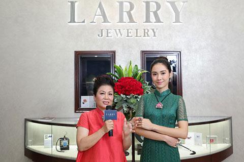 林芳朱小姐為來賓介紹是次展覽的珠寶首飾。