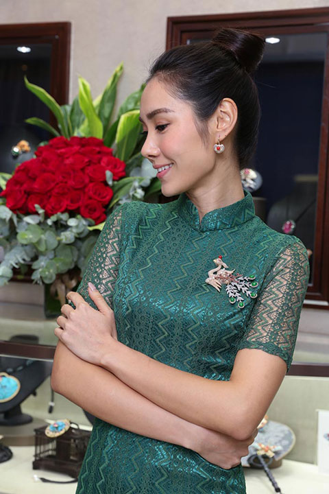 模特兒展示璀璨朱冠鳳凰胸針。